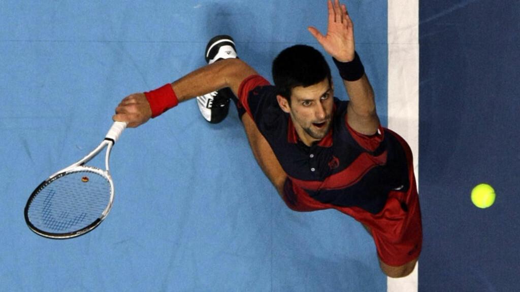 ØYNENE PÅ BALLEN: Serbiske Novak Djokovic fikk etter hvert problemer med linsene i kampen mot Rafael Nadal.Foto: SCANPIX/REUTERS/Stefan Wermuth