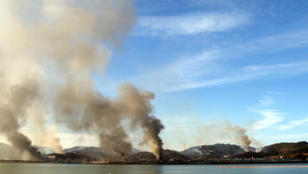 <strong>ANGREP:</strong> Her stiger røyken fra den sørkoreanske øya Yeonpyeong etter angrepet fra Nord-Korea tirsdag. Foto: AFP Photo/Scanpix