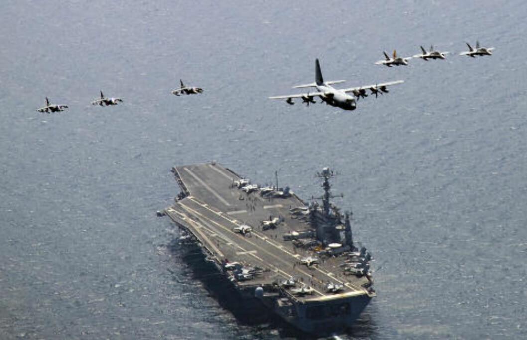 <strong>80 FLY:</strong> Hangarskipet USS George Washington er på vei mot det omstridte havområdet mellom Sør- og Nord-Korea. Med seg har det rundt 80 fly og et mannskap på 6000 soldater. Foto: Reuters/Charles Oki/U.S. Navy photo/Scanpix