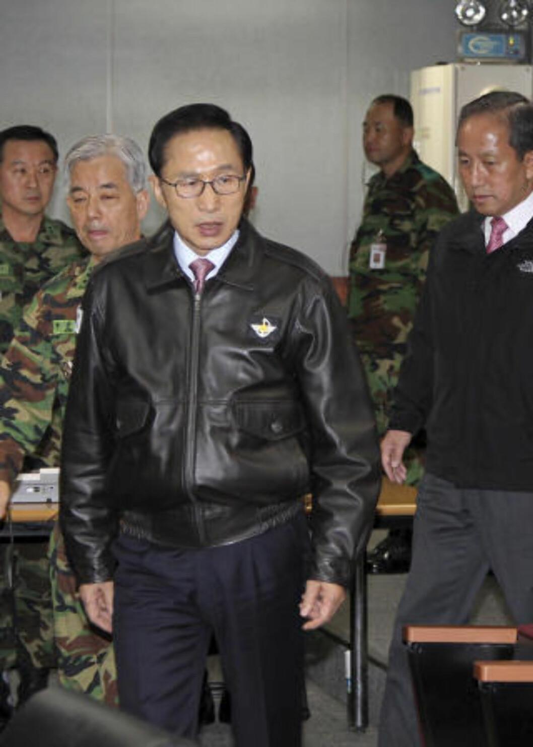 <strong>ØKER SIKKERHETEN:</strong> Siden tirsdagens angrep har Sør-Koreas president Lee Myung-bak satt i krisemøter og telefoner med sine allierte i blant annet USA og Japan. Foto: AP Photo/Yonhap/Scanpix