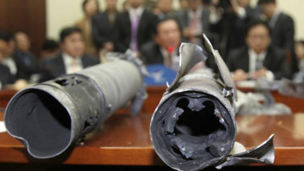 <strong>ANALYSERER ARTILLERIGRANATER:</strong> Militæret i Sør-Korea analyserer artilleribombene fra det nordkoreanske angrepet. Myndighetene tror ifølge sørkoreanske medier at de kan ha brukt termiske bomber. Foto: Reuters/Sung Yon-Jae/Yonhap/Scanpix