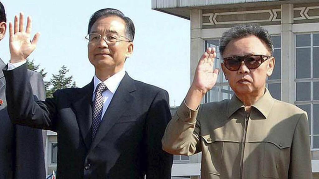SAMARBEIDSPARTNERE: Kinas statsminister Wen Jiabao har for første gang kommentert konflikten mellom Nord- og Sør-Korea. Han advarer begge sider mot militære provokasjoner. Her sammen med den Nord-Koreanske diktatoren Kim Jong-il (til høyre). Foto: REUTERS/KCNA