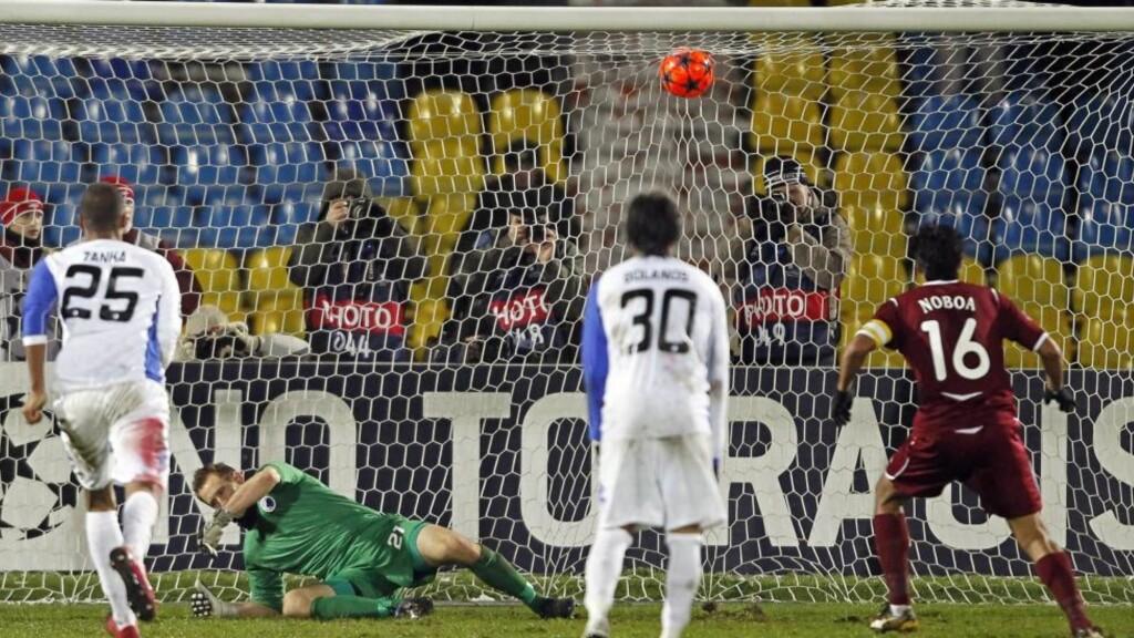 SEIERSMÅLET: Cristian Noboa scoret da Grønkjær tok ballen med hånda innenfor FCKs 16-meter. Foto: EPA/YURI KOCHETKOV