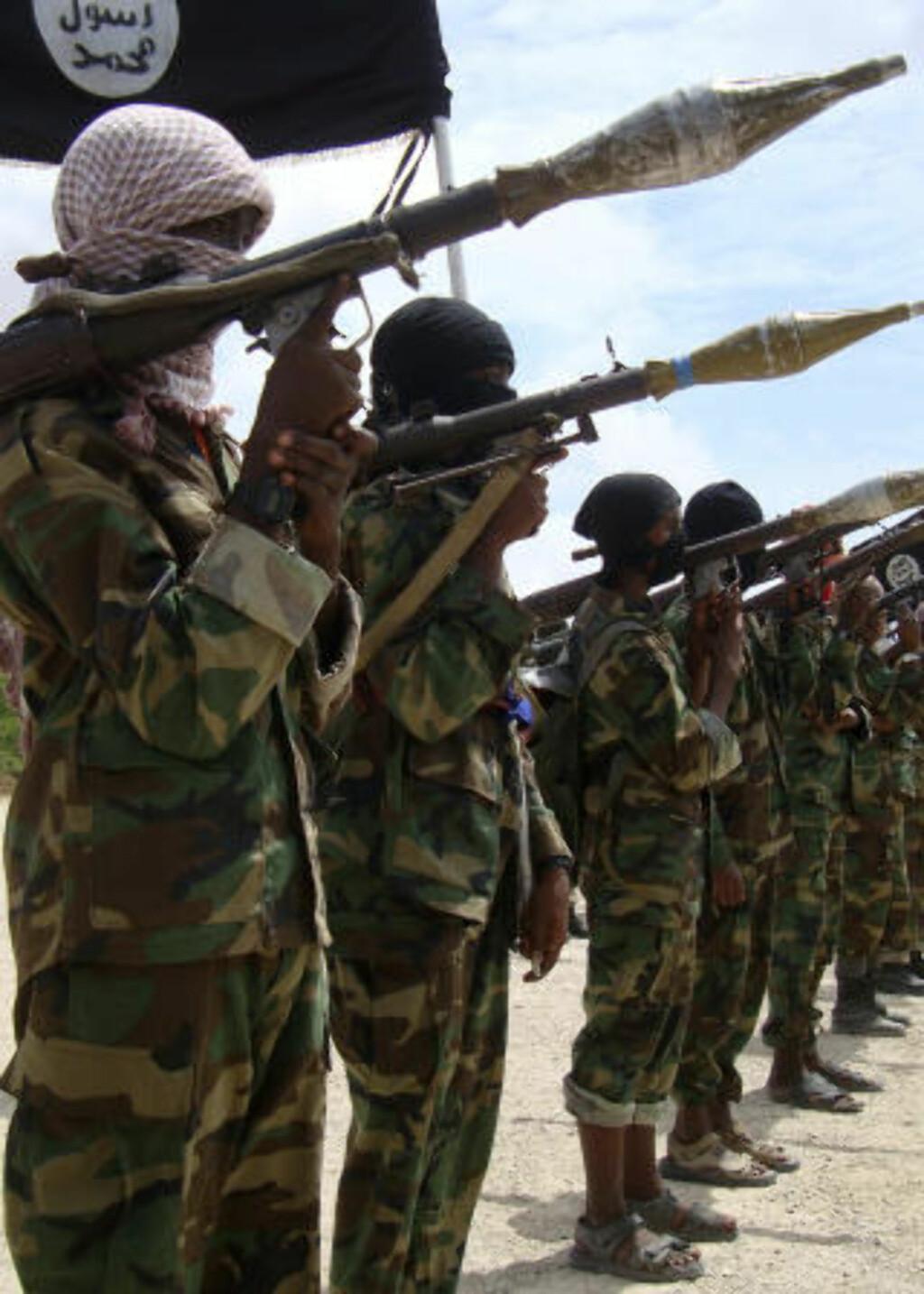 DREPER BARN OG GAMLE: Denne uka ble to tenåringsgutter henrettet foran hundrevis av mennesker i Mogadishu. I forrige måned ble to tenåringsjenter henrettet, mens en gammel dame ble skutt fordi hun nektet å be. Foto: Reuters/Feisal Omar/Scanpix