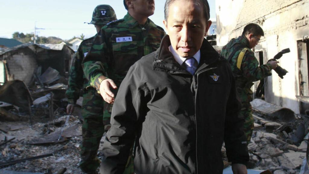 BESØKTE RUINENE: I dag besøkte Sør-Koreas forsvarsminister Kim Tae-young ruinene på øya Yeonpyeong som ble angrepet tirsdag. Nå er det kjent at han går av etter krass kritikk. Foto: AP Photo/ Lee Jin-man/Scanpix