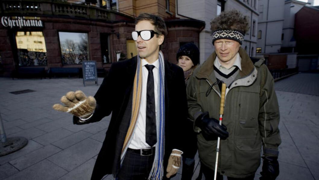 FAMLER I BLINDE: Knut Arild Hareide ble litt retningsvill da han fikk prøve briller som gir ham samme syn som Stine Jåthun (i bakgrunnen). Til høyre Sverre Fuglerud. Foto: Bjørn Langsem / Dagbladet.