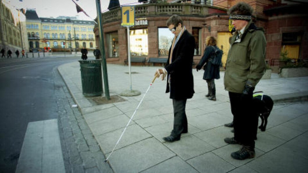 USIKKER: Knut Arild Hareide var ikke helt trygg da han skulle krysse veien med «blindebriller». Til høyre Sverre Fuglerud. Foto: Bjørn Langsem / Dagbladet.