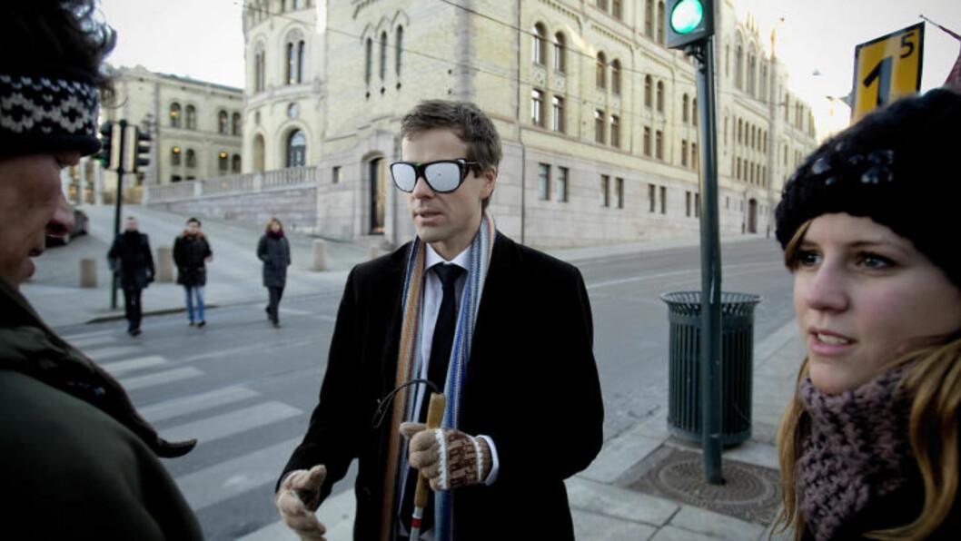 LÆRERRIKT: Knut Arild Hareide fikk et innsyn i de svaksyntes verden. Han ble spesielt imponert over Stine Jåthuns (t.v) og hennes førerhund Kalmar. Til venstre Sverre Fuglerud. Foto: Bjørn Langsem / Dagbladet.