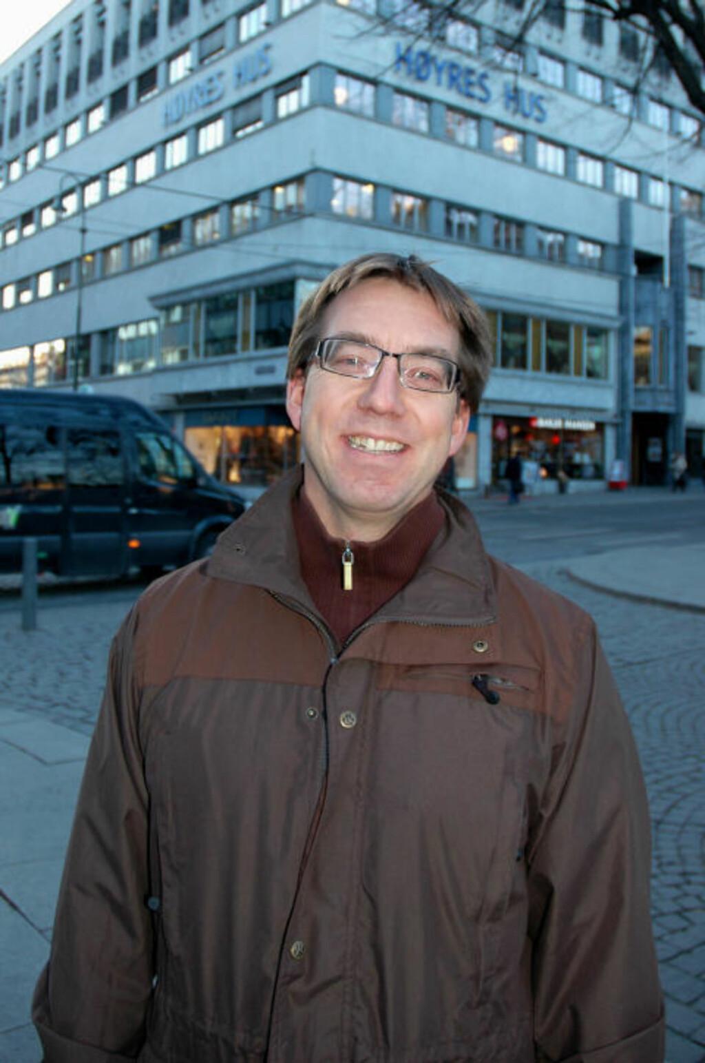 FRISKT UTSPILL: Rune Aale-Hansen i Oslo Høyre mener bestemt at bråket i Oslo sentrum om natta vil bli kraftig redusert dersom lokallaget får gjennomslag for forslaget om uinnskrenkede skjenketider og oppheving av skjenkeringen. Her foran Høyres Hus, som for øvrig også huser det kjente dansestedet Frascati. Foto: Bjørn Ove Fjellandsbø