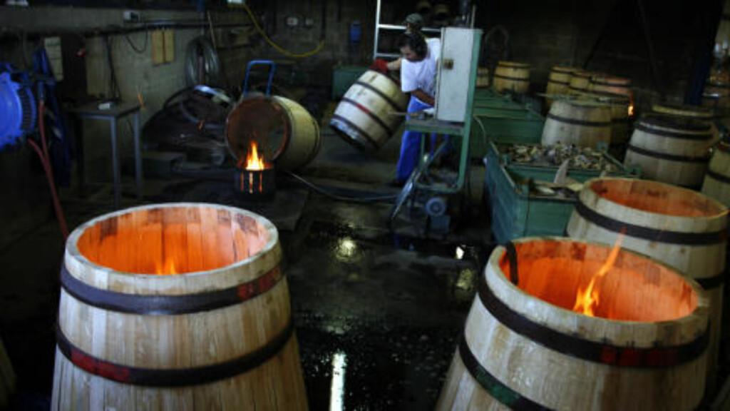 NYE TØNNER: Bøkkerne hos Courvoisier må kunne sitt håndverk når de lager tønner som i mange tiår skal romme cognac på lagrene. Legg merke til at innmaten brennes. Kanskje en smaksmessig bedriftshemmelighet??