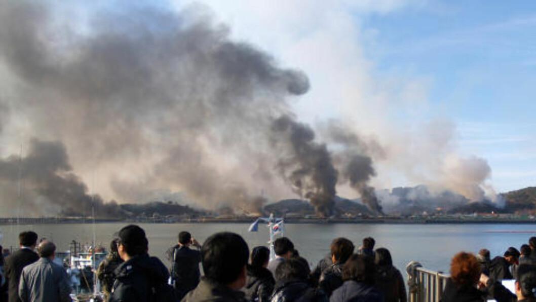 <strong>SKYER AV RØYK:</strong> Dette bildet er tatt 23. november 2010 av en sørkoreansk turist, og viser store skyer av røyk som stiger fra øya Yeonpyeong etter et angrep fra Nord-Korea. Foto: AFP PHOTO
