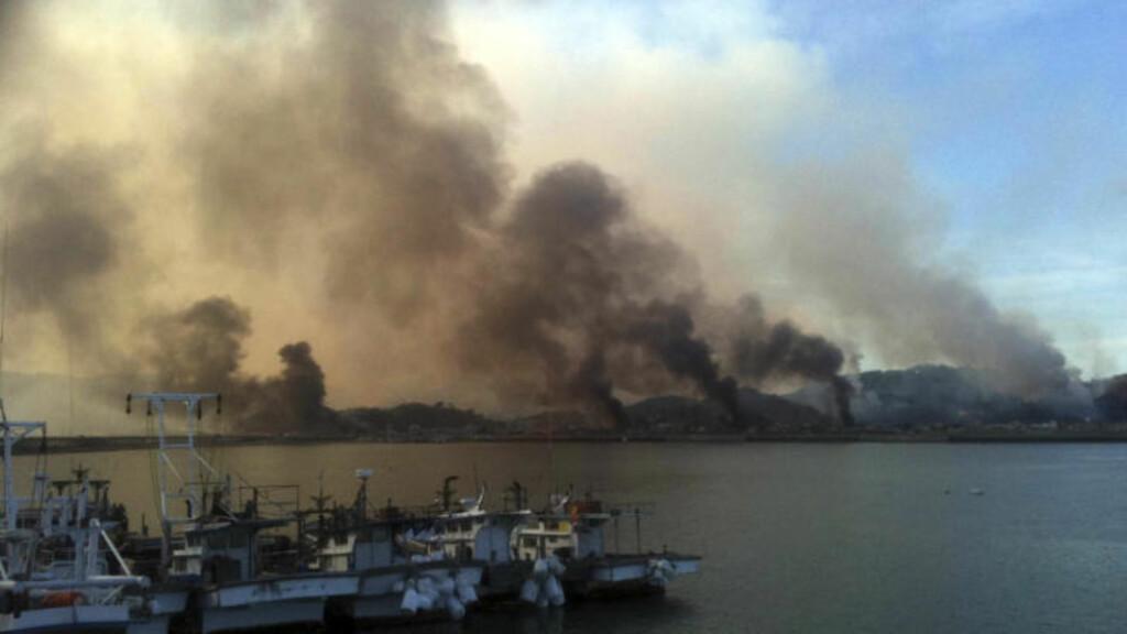 TIRSDAG: Røyk stiger opp etter granatangrepet tirsdag. Det er meldinger om nye beskytninger i morgentimene fredag norsk tid. Foto: AP