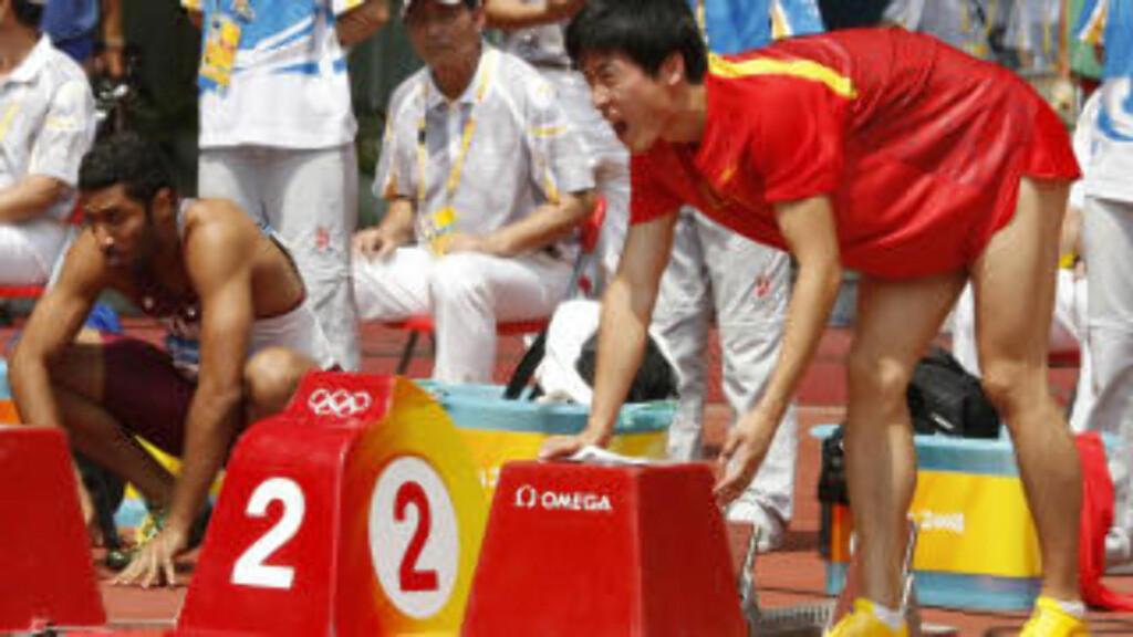 FIKK IKKE LØP: Xiang Liu kom seg aldri til start, her plages han av smerter før forsøket i 2008-OL. Foto: AFP/ADRIAN DENNIS