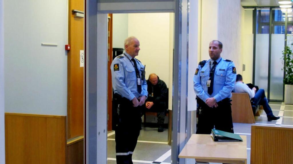 UVANLIG VAKTHOLD: Publikum og presse måtte passere gjennom metalldetektor i Oslo tingrett i ettermiddag. Samtidig ble siktede eskortert av politifolk i skuddsikre vester og mannskap som ventet på utsiden av tinghuset. Foto: HARALD S. KLUNGTVEIT