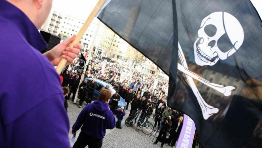 PROTESTER: Tilhengere av The Pirate Bay demonstrerte i fjor i forbindelse med den første rettssaken. Foto: AFP PHOTO / SCANPIX / FREDRIK PERSSON