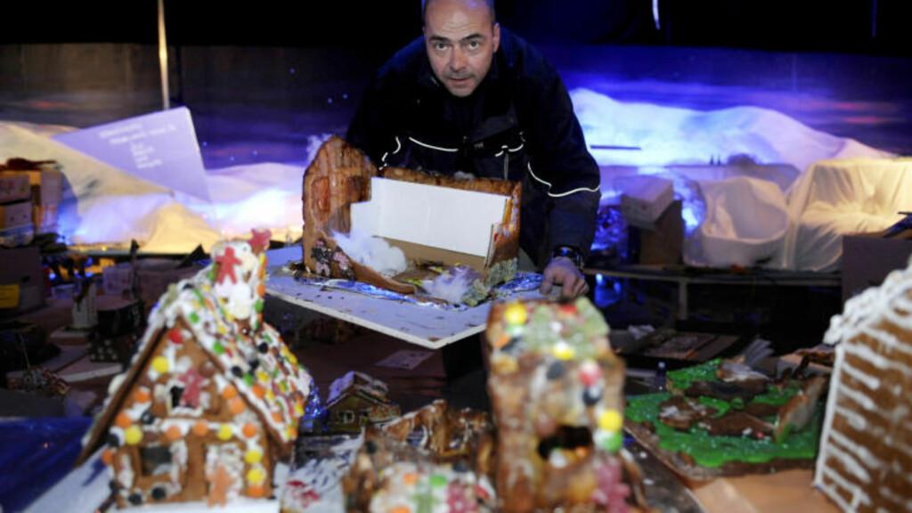 TUSEN KNAS: Pepperkakesjef Steinar Kristoffersen plukker opp bitene av den knuste pepperkakebyen i Bypaviljongen på Torgallmenningen som ble ødelagt i 2009. Foto: Marit Hommedal / SCANPIX