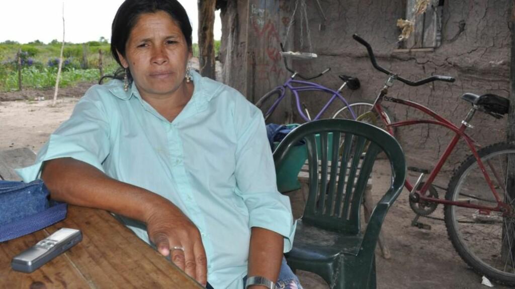 HOLDT FANGET: Her sitter Juana Elvira Gomez utenfor sitt hjem i Reconquista i Argentina. Hun har blitt voldtatt i 30 år og fått ti barn med sin far, ifølge politiet. FOTO: EPA