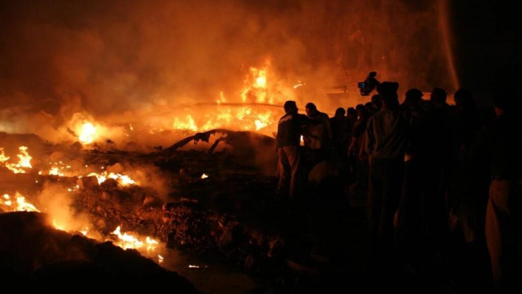 STYRTET I BOLIGOMRÅDE:  Minst åtte personer antas omkommet etter at et lastefly styrtet i et boligområde i Karachi i Pakistan.  Foto:  EPA/REHAN KHAN/SCANPIX