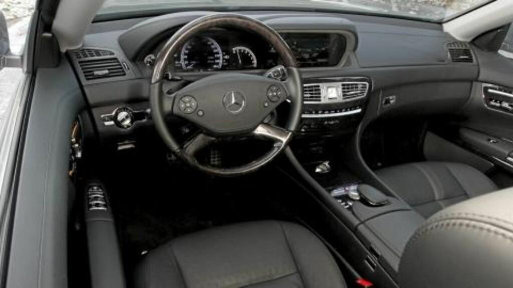 OSER AV LUKSUS: Mercedes CL 500 4Matic gir en gedigen kvalitetsfølelse i cockpit. Foto: Egil Nordlien/HM Foto
