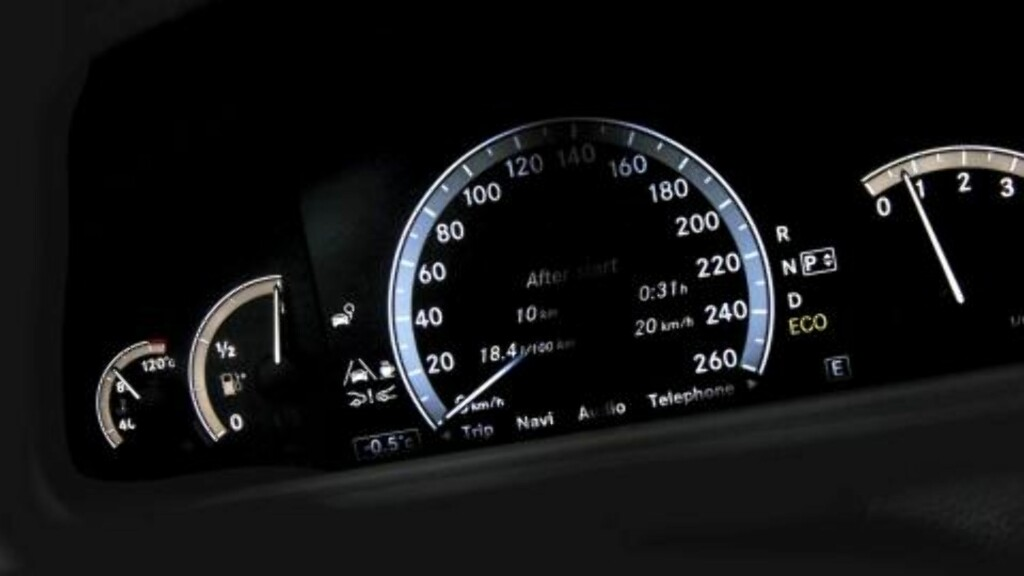 MODERNE: Speedometeret i Mercedes CL 500 4Matic er digitalt, mens de øvrige instrumentene er analoge. Foto: Egil Nordlien/HM Foto