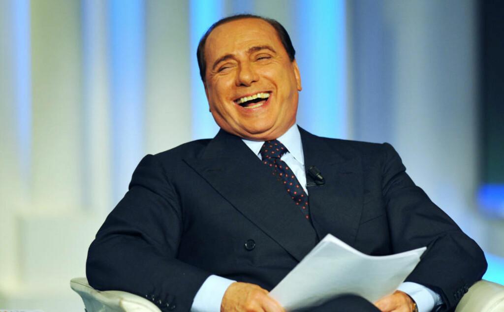 LER AV DET HELE: Silvio Berlusconi (74) får så hatten passer av det amerikanske diplomatiet i de lekkede dokumentene. Det plager ham tilsynelatende ikke det minste. Foto: Vincento Pinto/AFP/Scanpix