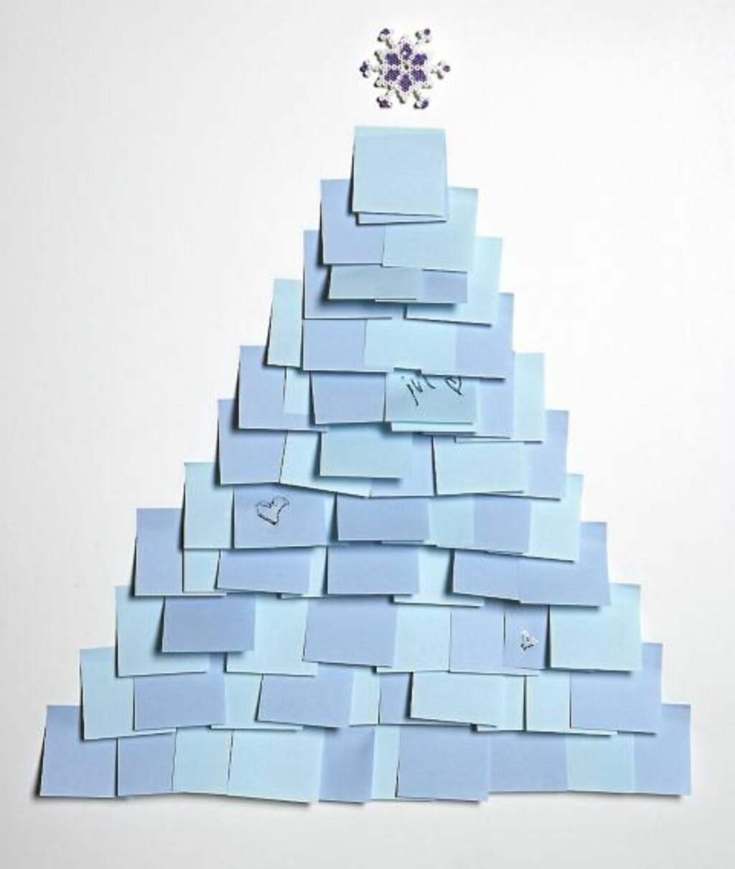 POST-IT JULETRE: Post-it lapper, gjerne i to eller tre forskjellige farger, julestjerne og maskeringstape. FOTO: Margaret M. de Lange