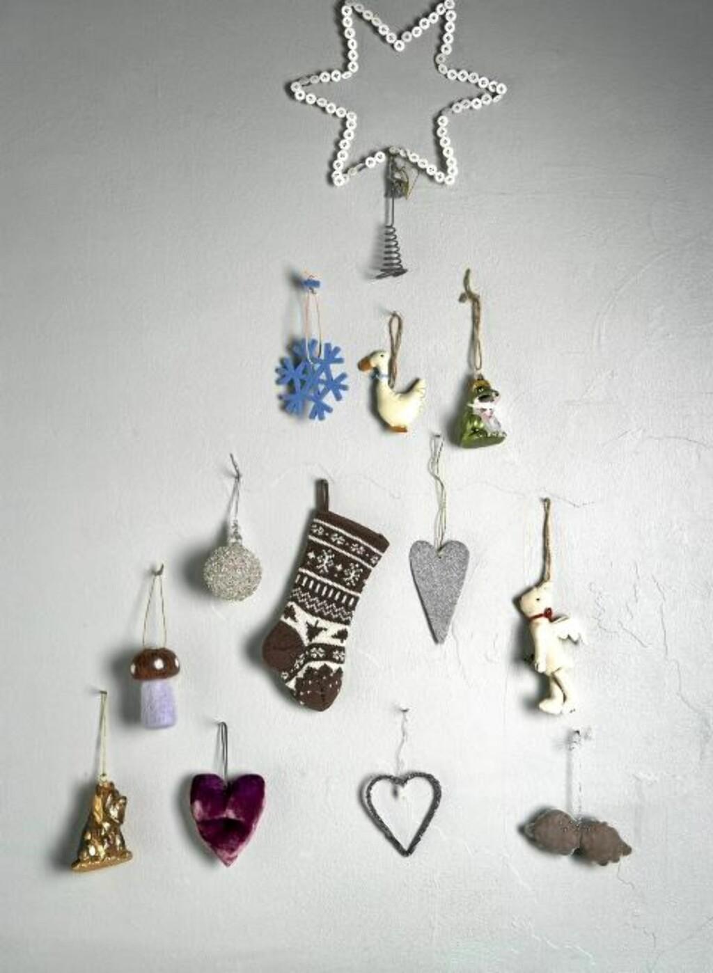 JULETRE AV JULEPYNT: Du trenger et utvalg av julepynt eller små figurer og en stjerne til å ha i toppen FOTO: Margaret M. de Lange