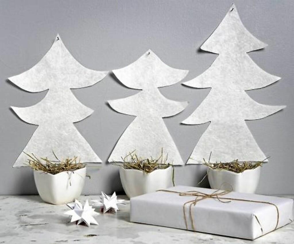 ENKELT: Julepynt klippet ut av papir med skåler av gress under. FOTO: Margaret M. de Lange