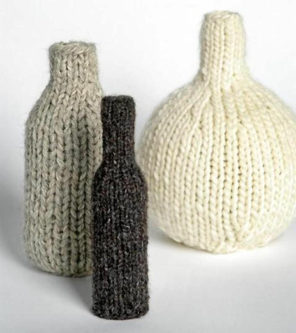 VARMEFLASKER: Du kan enten strikke varmerne selv eller bare bruke gamle ullsokker og trekke over. © FOTO: Margaret M. de Lange