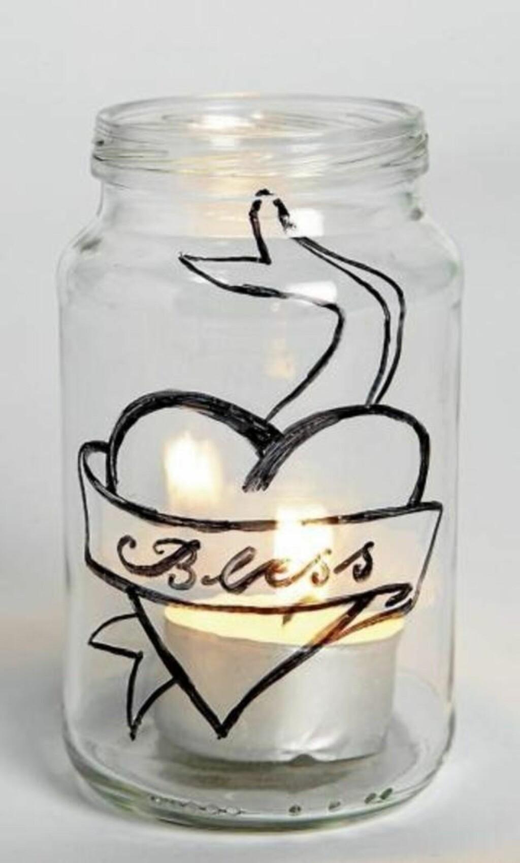 TATOVERTE GLASSKRUKKER: Bruk en tusjpenn og tegn tatoveringen på syltetøyglasset. FOTO: Margaret M. de Lange