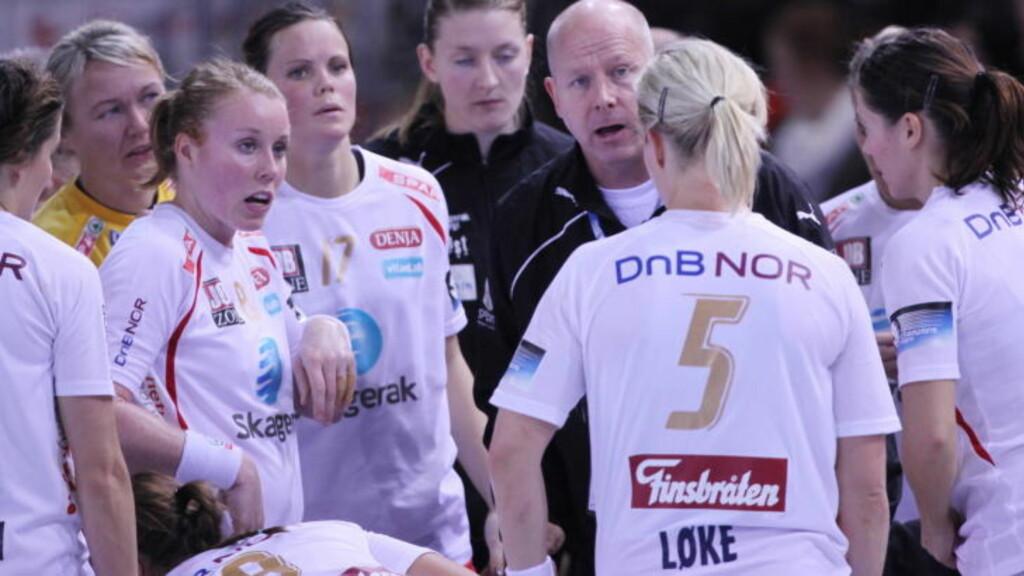 SLÅR FØLGE MED LØKE?: Trener Karl Erik Bøhn har kontrakt med Larvik ut neste sesong.  Foto: Trond Reidar Teigen / SCANPIX