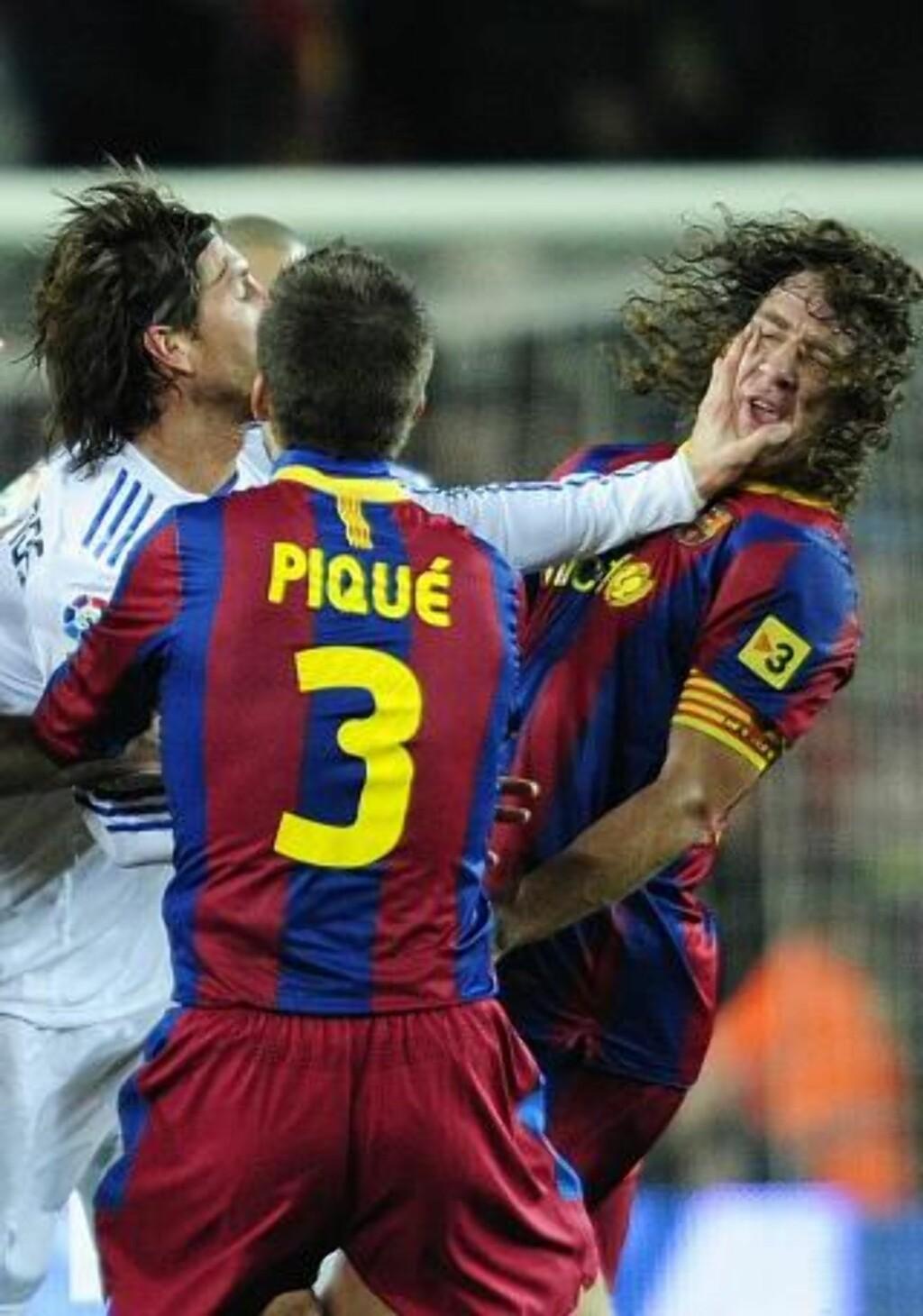 ALLEREDE RØDT: Dommeren hadde allerede løftet det røde kortet, da Sergio Ramos plantet hånda rundt kjeven til Carles Puyol. Foto: MANU FERNANDEZ/AP