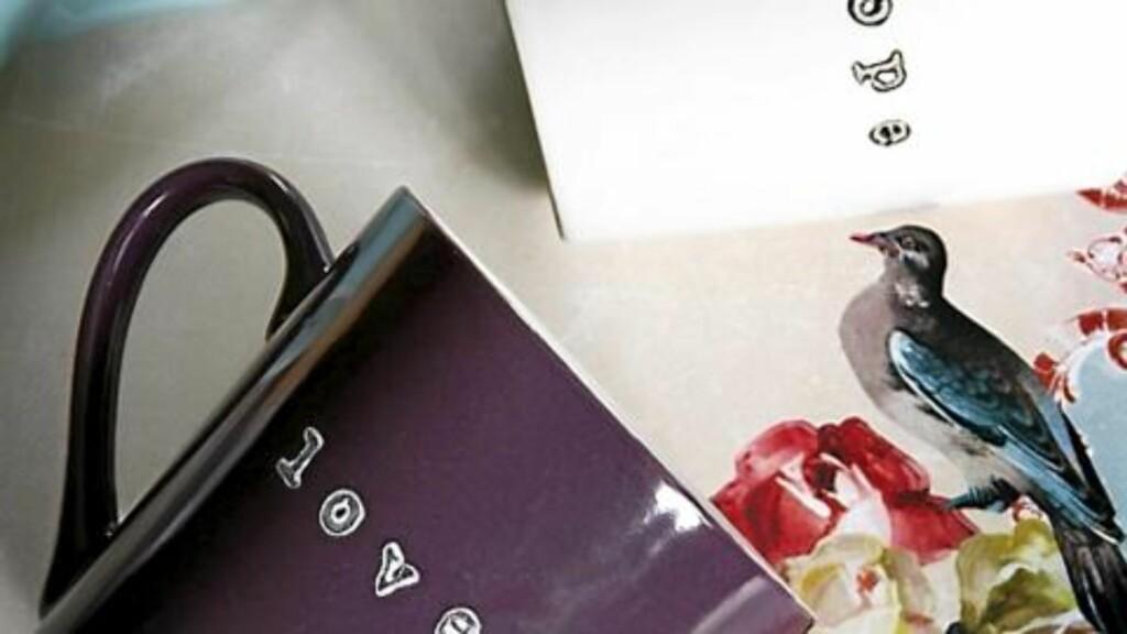 """""""Hope"""" og """"lovely"""" er stemplet med Bokstavstempler, kr. 169 pr. sett med store bokstaver, Clas Ohlson. Krus, kr. 10 pr. stk. Søstrene Grene. FOTO: Margaret M. de Lange"""