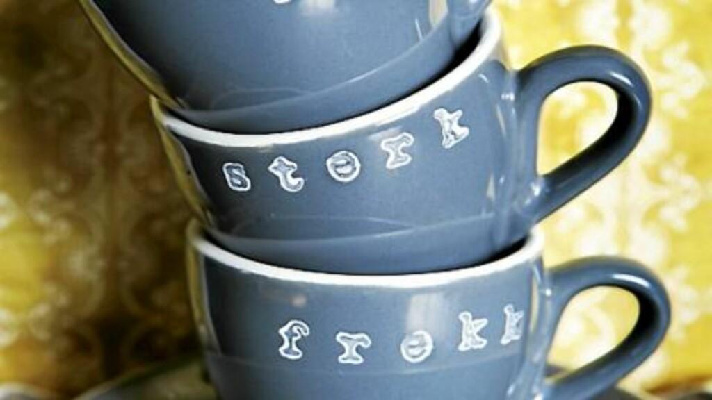Ordene er stemplet med Bokstavstempler, kr. 169 pr. sett med store og små bokstaver, Clas Ohlson. Espressokoppene fra Dürkop er stylistens egne. FOTO: Margaret M. de Lange