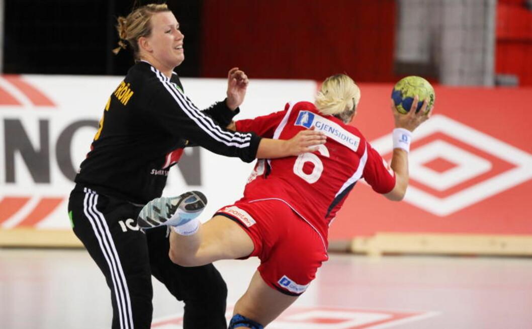 RØDT KORT: Sverige-målvakt Cecilia Grubbström fikk direkte rødt kort da hun stoppet en Heidi Løke-kontring i sommer. Foto: TROND REIDAR TEIGEN/SCANPIX