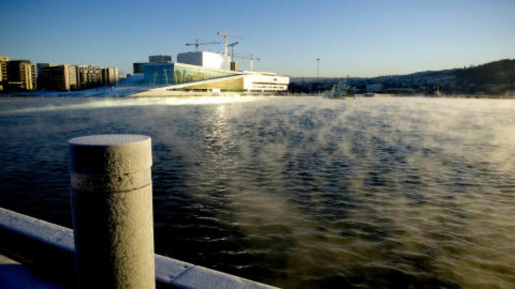 OPERA I FROSTRØYK:  Operaen og Bjørvika badet i kald Oslo-sol onsdag ettermiddag. FOTO: ØISTEIN NORUM MONSEN.