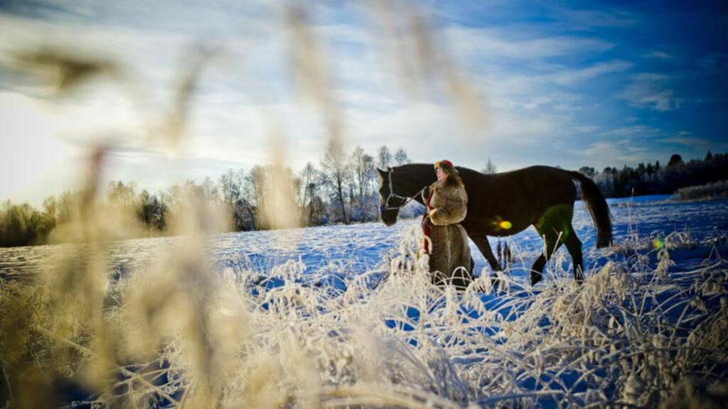 KALD MOSJON:  Frisk rusletur i vakkert vintervær og langt ned mot 30 minus for hest og oppasser på Røros. FOTO: THOMAS RASMUS SKAUG.