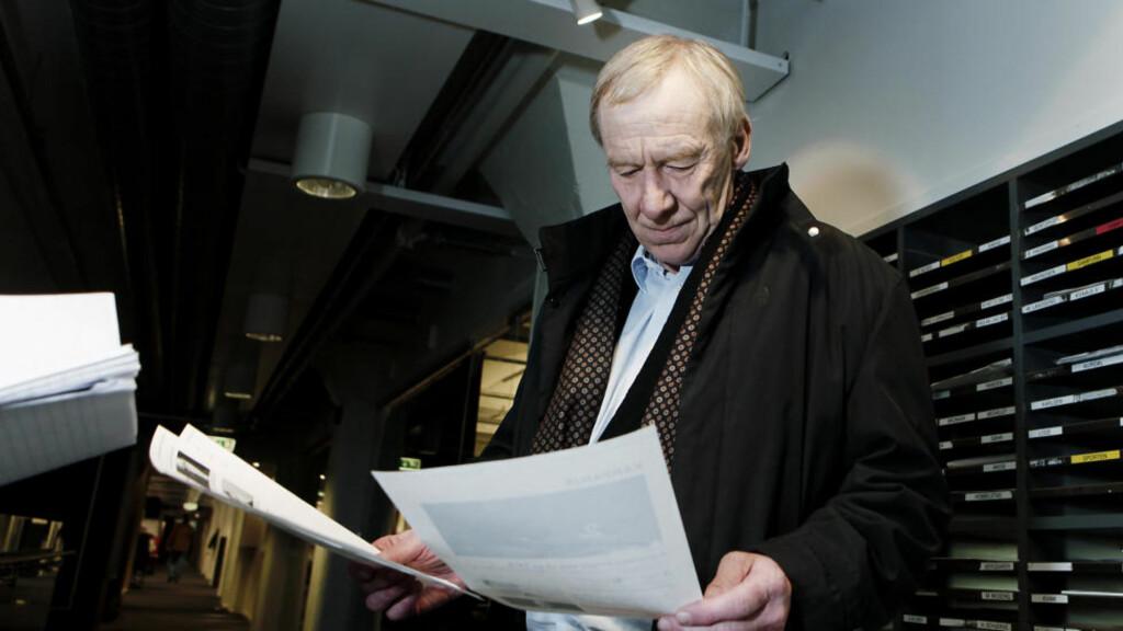 USIKKER FRAMTID: Her leser konsernsjef i TV2, Alf Hildrum, Kampanje sin artikkel. Den forteller at A-pressen er på vei ut av TV2, og Telenor er mulig ny hovedaksjonær. Foto: ERLING HÆGELAND