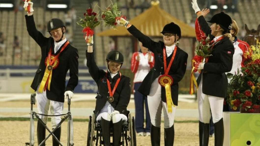 MEDALJEVINNER: Mariette Garborg (23) (nummer to fra venstre) vant bronsemedalje i dressurridning for lag under Paralympics i Kina i 2008.  23-åringen studerer juss, og avla denne uka tredjeavdelingseksamen. - Jeg har alltid hatt lyst til å bli dommer, men det er langt fram dit, sier hun til Dagbladet.Foto: AP/Kin Cheung