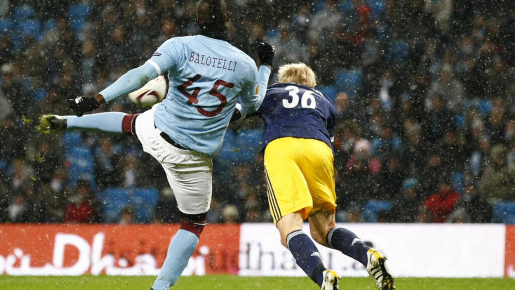 1-0: Balotelli viste utsøkt volleyteknikk da han banket inn Citys første. Foto: (AP Photo/Tim Hales)