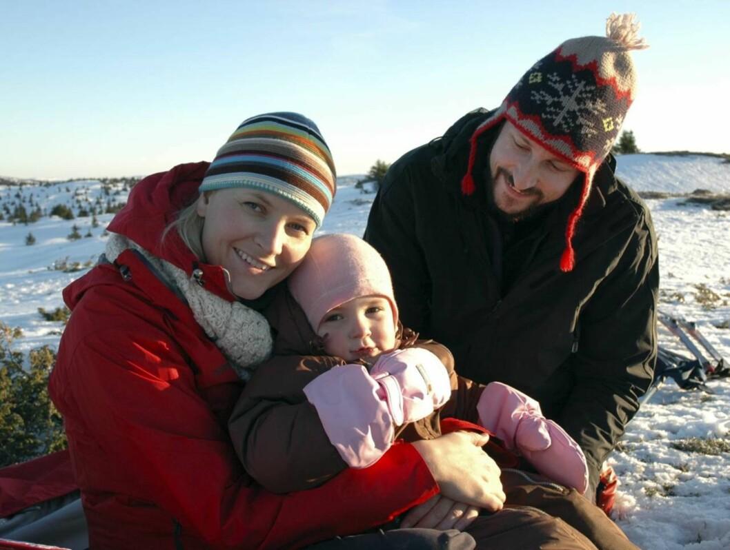 PAR 8: Kronprinsparet er nok blant Norges sprekeste kjendispar, og elsker å tilbringe tid ute i skog og mark og på ski.  Foto: SCANPIX