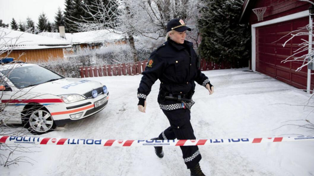 KVINNE FUNNET DØD:  En kvinne er funnet død på Skjedsmokorset. Politiet har sperret av boligen. Foto: Sveinung Ystad