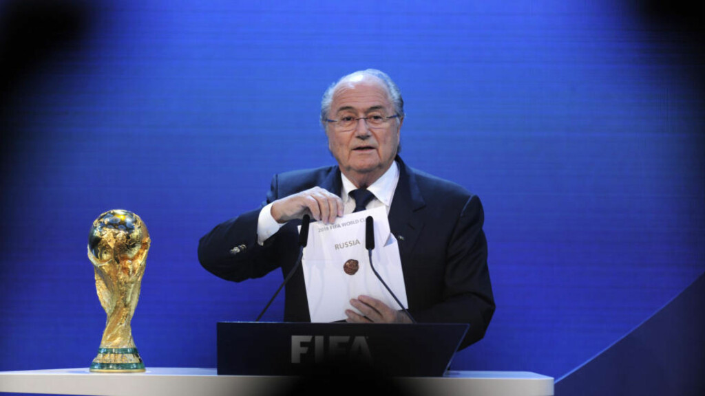 TAPTE MOT RUSSLAND: Det gikk et kollektivt sukk gjennom England da Sepp Blatter holdt fram lappen med Russland som arrangør for VM i 2018. Nå går FAs midlertidige styreformann av, i protest mot FIFA. Foto:  AFP PHOTO / PHILIPPE DESMAZES