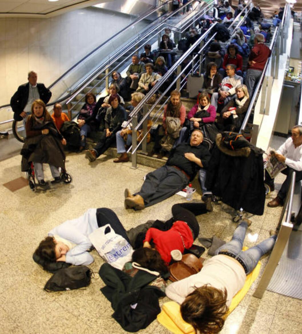 <strong>TRØTT:</strong> På flyplassen i Madrid er det trangt om soveplassen. Foto: Juan Medina/Reuters