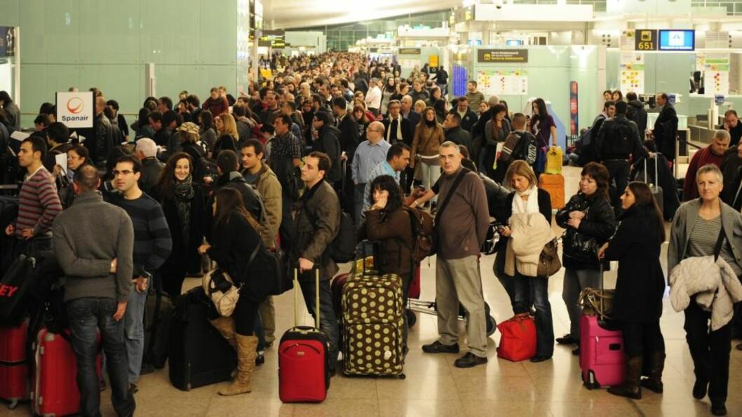 <strong>VENTER:</strong> Passasjerer venter i uvisshet på flyplassen like utenfor Barcelona i Spania. Foto:Manu Fernandez/Scanpix.