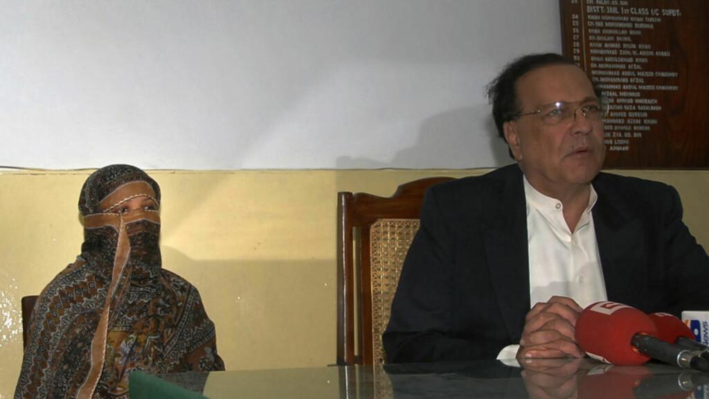 VERDENSSAMFUNNET REAGERER PÅ DØDSDOM: Og reaksjonene blir nok ikke mindre etter at en pakistansk bønneleder nå utlover dusør til den som dreper Asia Bibi (t.v.), kvinnen som er dømt til døden for blasfemi i Pakistan. Mannen til høyre på bildet er guvernøren i Punjab-provinsen, Salman Taseer.