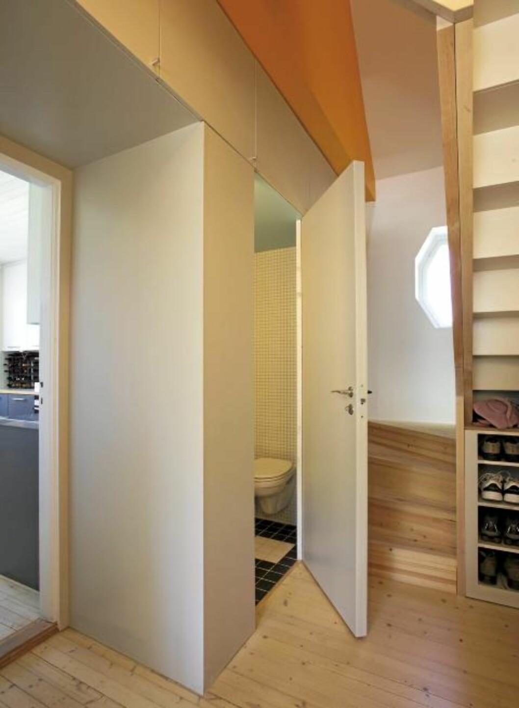 ROM UNDER TRAPPEN: Alle kroker i huset er benyttet, her er toalettet rett under trappen.  FOTO: Espen Grønli.