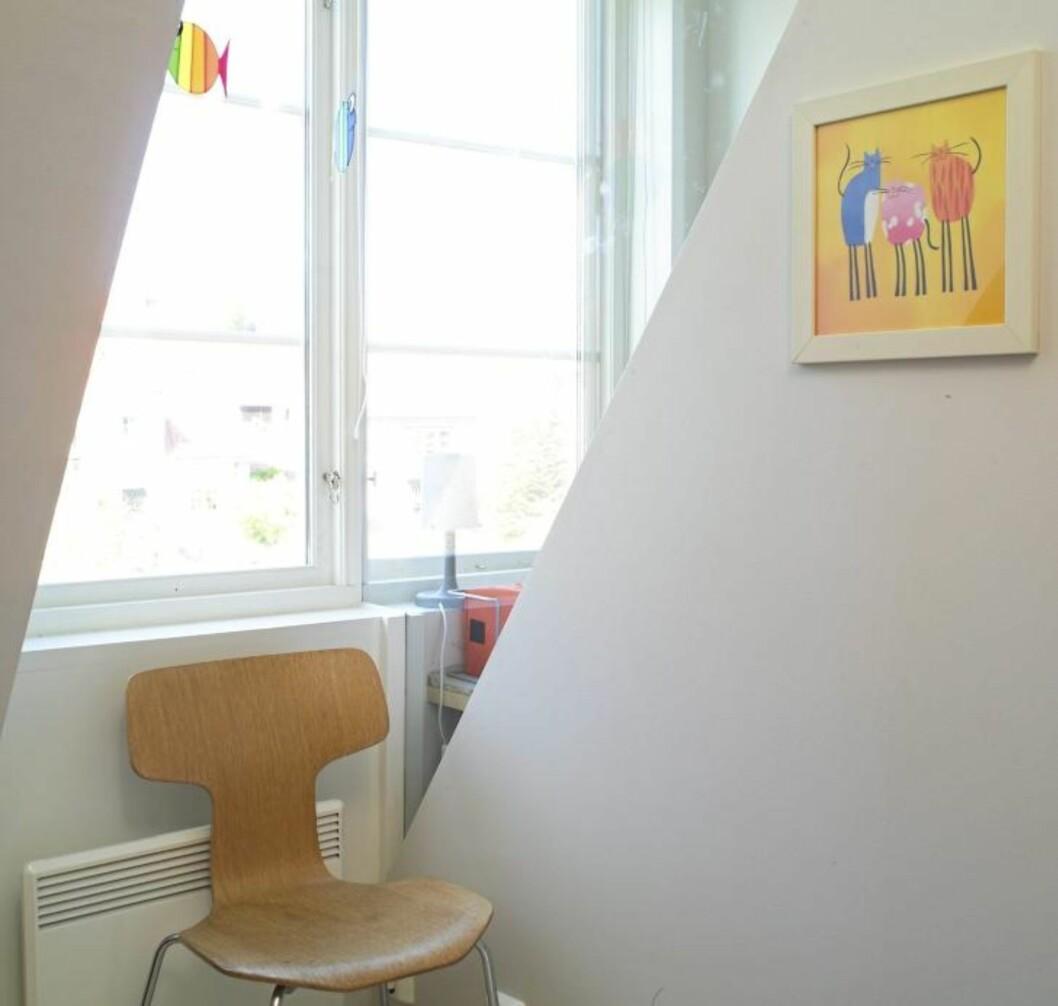 FIKS LØSNING MED DAGSLYS: Med en skrå glassvegg mellom barnerommene fikk begge rommene glede av dagslyset.  Foto: Espen Grønli