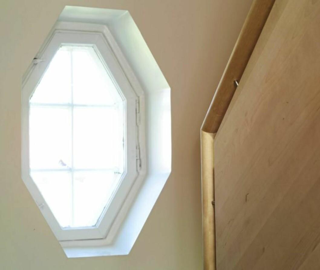 ÅTTEKANTET VINDU: Den gamle, åttekantete vinduet er som et selvstendig designobjekt. Den nye trappen står i fint sampill til den gamle, ærverdige stilen.  Foto:Espen Grønli