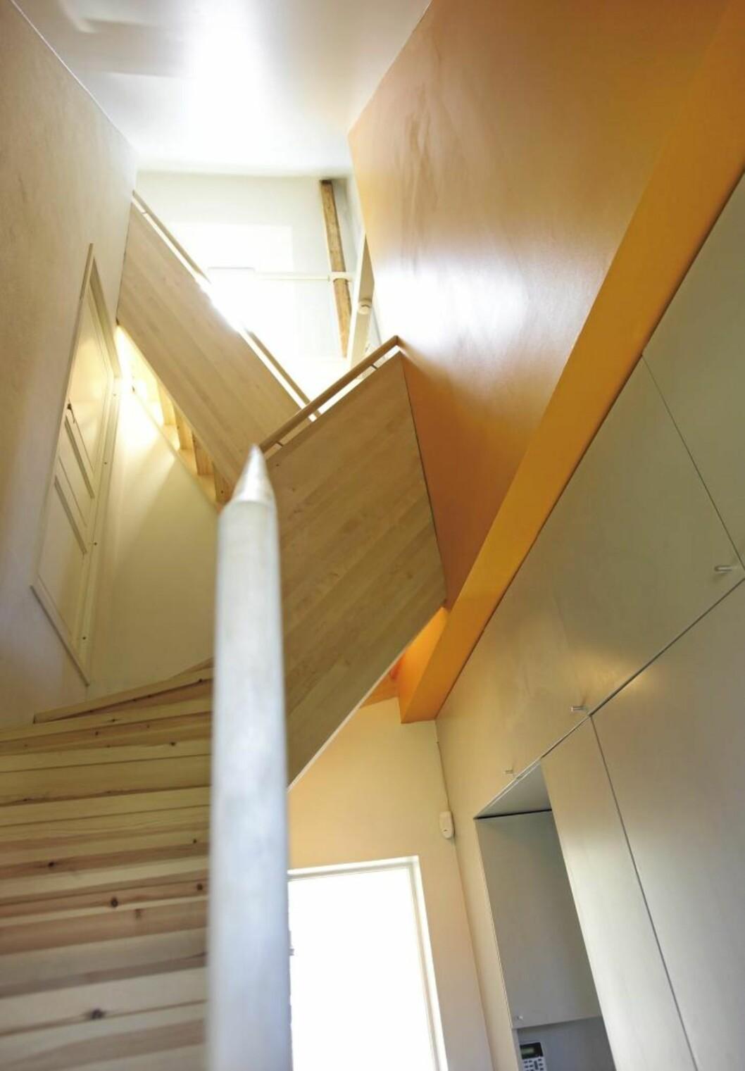 HIMMELHØYTt. Trappen står som et ni meter høyt skulpturelt volum. Den snor seg som en slange, flere ganger i den smale sonen mot det tilgensende huset.  Foto: Espen Grønli